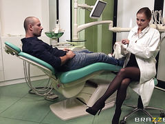 Vulgar Russian dentist babe Candy Alexa blows patient