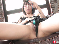 Jap MILF Izumi Manaka plays with her pussy and gives a blowjob