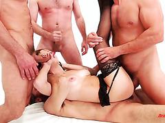 Ебля с двойным проникновением с Саванной Файр и шестью потными мужиками