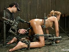 Секс-машина долбит черное очко Ясмин Де Леон во время БДСМ развлекухи