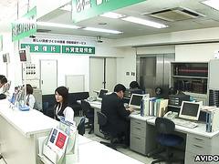 Хина Айзава спасла банк от ограбления дав бандюкам свою мохнатку на растерзание