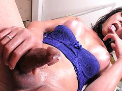 Соло с брызгами спермы со знойной бразильской трансухой Лаюнией Ферраз
