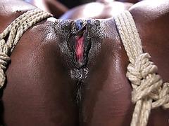 Худая негритянка Ана Фокс терпит безжалостную БДСМ пытку