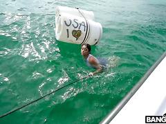 Нелегалка Ванесса Скай выебана в лодке и брошена в океан