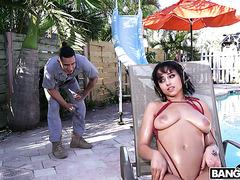 Мэрилин Мэншн соблазняет работягу своими латинскими дойками на улице