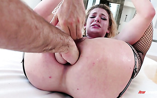 Cali babe Dahlia Sky gets fisted in both holes of hers