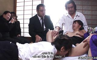 Mahiru Tsubaki bekommt ihre zierliche Jap-Muschi-Gang gefickt