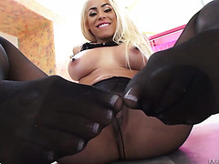 Luna Star gets her big booty fucked and takes mouthful