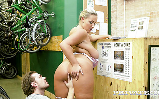 Voluptuous BBW Cristal Swift makes out in bike shop