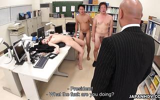 Ayumi Sena masturbiert im Büro und gibt zwei asiatischen Typen einen Blowjob