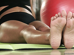 Apolonia Lapiedra gets her little feet worshiped by yoga teacher