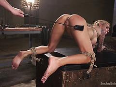 Paquete completo Sarah Jessie disfruta de una brutal follada BDSM