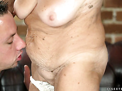 Naughty GILF Malya orgasms thanks to young ass eater