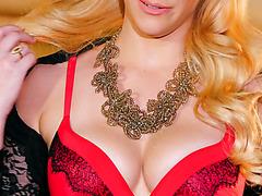 Супер красотка Пенелопа Лин позирует в сексуальном белье и раздевается