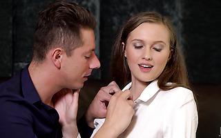 Die vollbusige Euro Babe Penelope Ferre gönnt sich romantisches Facesitting und Sex