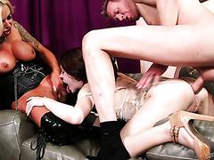 Нина Эль и мужик жестоко ебут покорную секс рабыню Анну Де Вилль