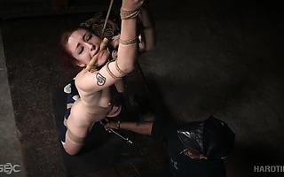 Thicc Arabelle Raphael und Rotschopf Violet Monroe in wilder Anal-BDSM-Session