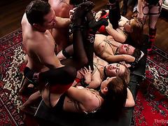 Группа связанных покорных шлюх трахнуты на тайной вечеринке